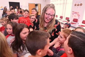 1000w 2018 Thornville Krista Trent students hug