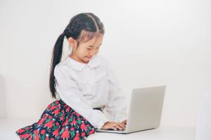 Girl with laptop 1000w