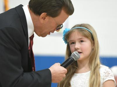 Lowell Milken talks with Rim Rock student 1