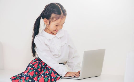 Girl with laptop 560x345
